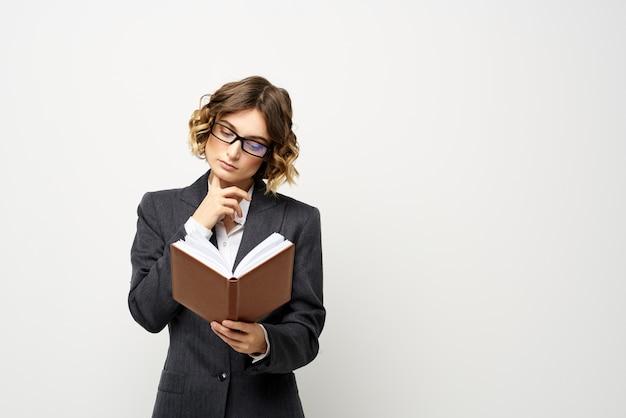 スーツとスタジオでポーズをとるメガネの女性実業家