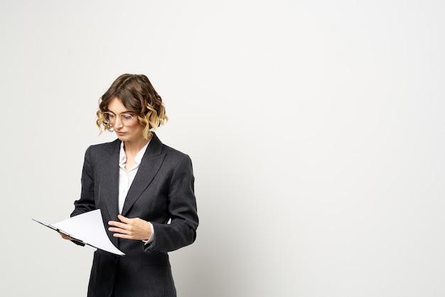 Деловая женщина в костюме с документами