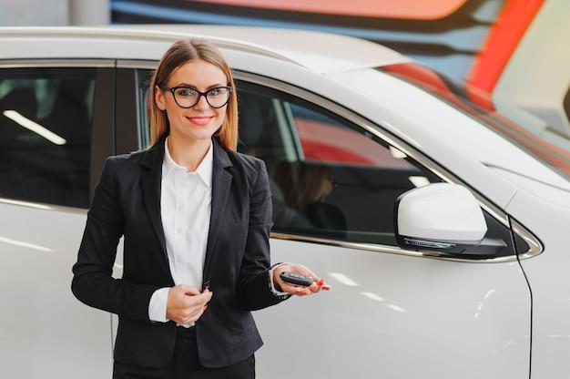 車のショールームの女性実業家