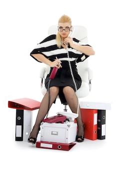 白の椅子の実業家