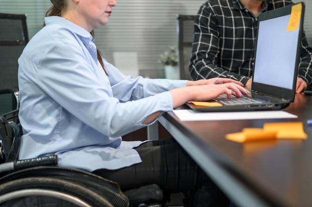 Деловая женщина в инвалидной коляске и пост это отмечает