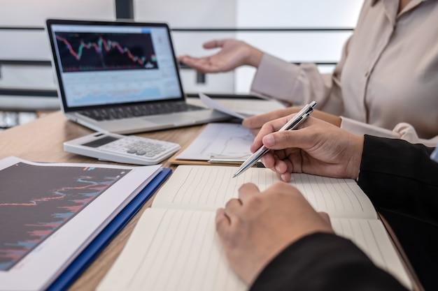 Деловая женщина-инвестор на встрече с планированием и анализом партнерского сотрудничества в инвестиционном торговом маркетинговом проекте, а также с указанием представленных данных и сделок на фондовой бирже с целью получения прибыли.