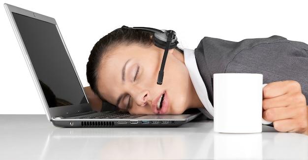 사업가가 노트북에 머리를 대고 자고 있다