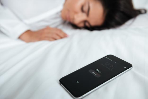 Деловая женщина лежит на кровати, проспала ее встречу в офисе