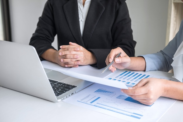 実業家リーダーチーム会議会議プレゼンテーションプレゼンテーション投資プロジェクト作業とパートナー、金融、会計の概念と会話をするビジネスの戦略を計画