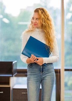 Деловая женщина смотрит в сторону и держит документы