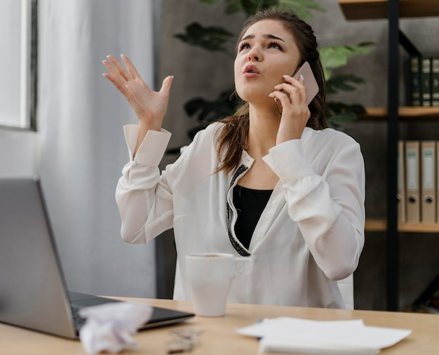 Деловая женщина выглядит разочарованной во время звонка