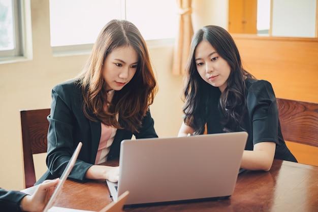 会社の財務報告を分析するための現代の創造的なオフィスでの実業家会議