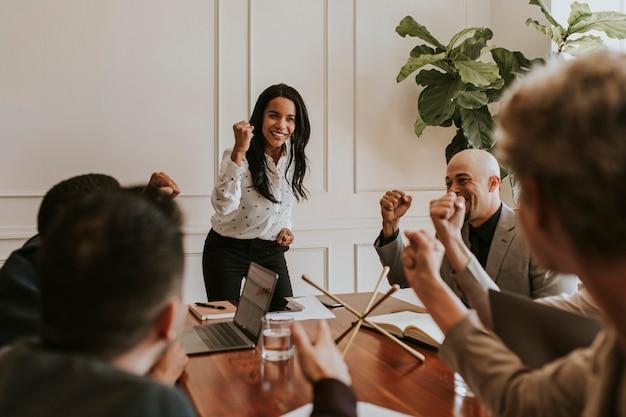 会議で彼女のチームメンバーをやる気にさせる実業家