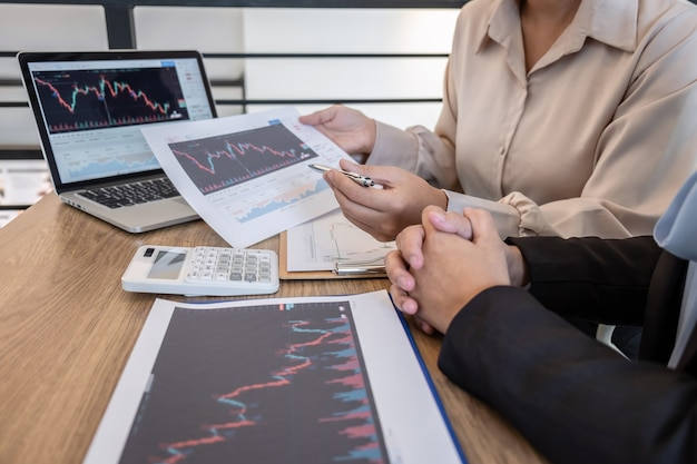 投資家との取引の投資家への投資取引マーケティングプロジェクトの計画へのパートナーの協力について話し合う会話とコラボレーションの会議の実業家は、ビジネスの利益に証券取引所を取引します。