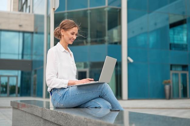 Деловая женщина на открытом воздухе с ноутбуком