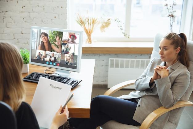 Деловая женщина участвует в видеоконференции, глядя на экран ноутбука во время виртуальной встречи, приложение веб-камеры для видеозвонка для бизнеса, крупным планом. удаленная работа, фриланс, образование, концепция образа жизни.