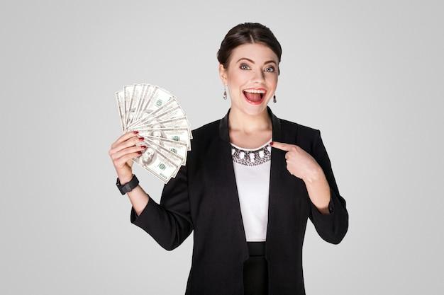 현금 달러에 손가락을 가리키는 사업가