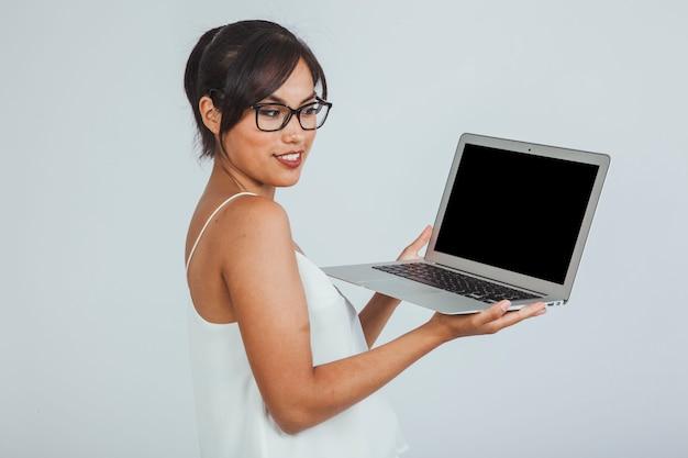 노트북으로 포즈를 취하는 사업가
