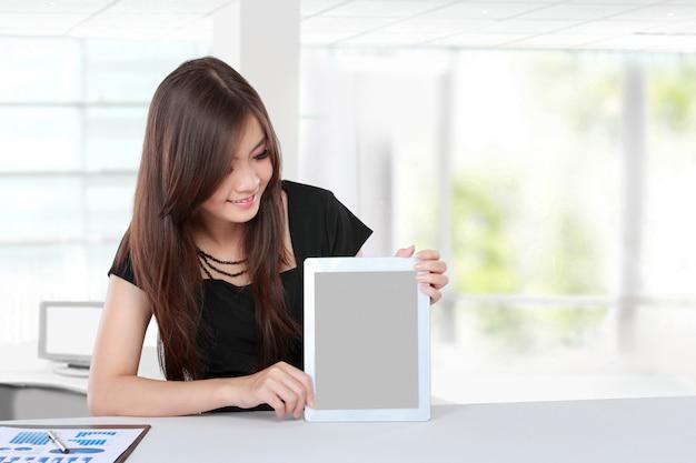 空白のタブレットを提示する実業家