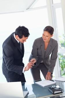 Предприниматель, предоставляющий ручку для подписания контракта