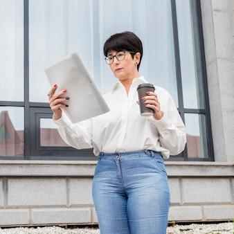 Деловая женщина, читающая из ее заметок