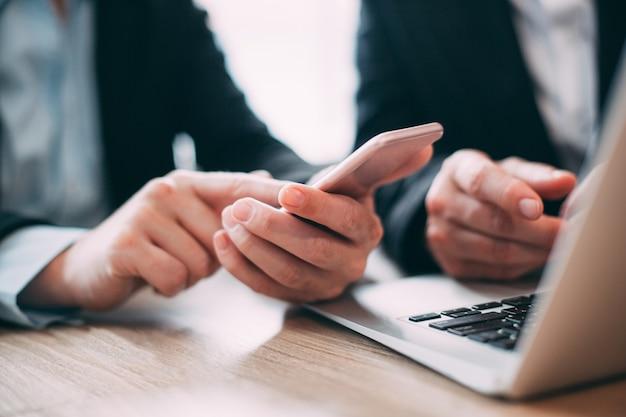 Бизнесмен чтение сообщения на мобильный телефон