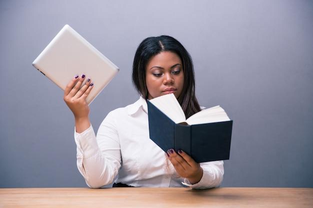 紙の本を読んで、電子書籍を保持している実業家