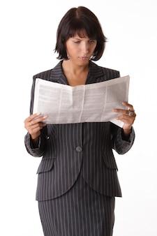 Деловая женщина читает газету