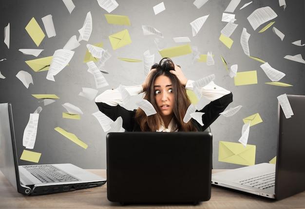 Деловая женщина получает много спама по электронной почте