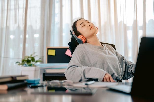 彼女の家の居間でのオンライン会議の後、彼女の目を休ませている実業家。