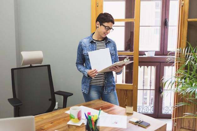 女性実業家、いくつかのドキュメントをレビュー
