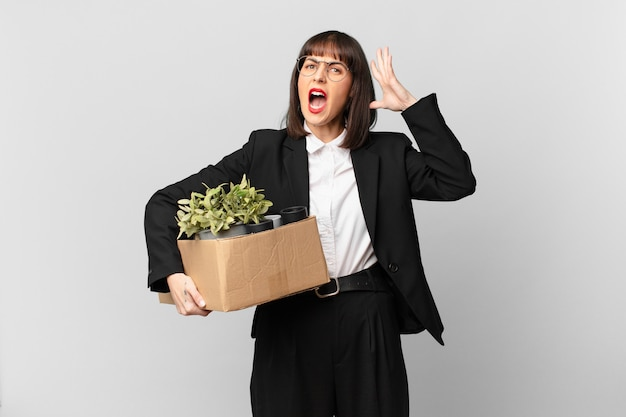 사업가가 손을 높이 들고 비명을 지르며 화나고, 좌절하고, 스트레스를 받고, 화가 났다