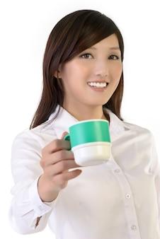実業家は一杯のコーヒー、東洋のオフィスレディのクローズアップの肖像画を共有します。