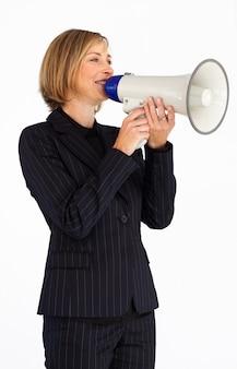 Бизнесмен кричит через мегафон