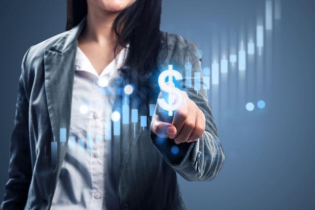 Деловая женщина, показывая виртуальную линейчатую диаграмму доллара. концепция цифрового маркетинга