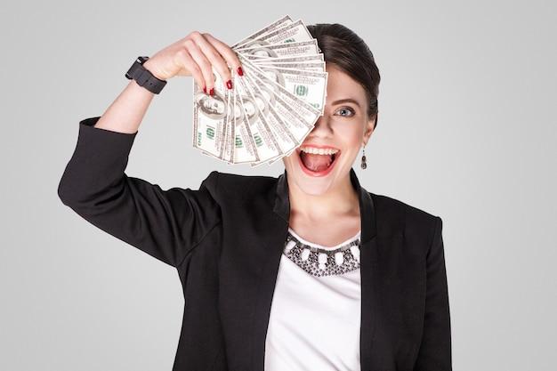 현금 달러와 이빨 미소를 보여주는 사업가