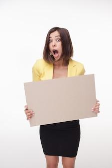 Bordo o insegna di rappresentazione della donna di affari con lo spazio della copia su fondo bianco