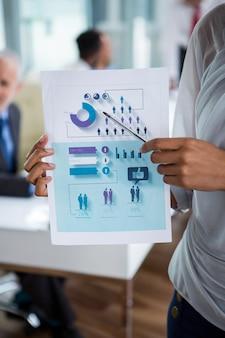 Диаграмма коммерсантки показывая офис
