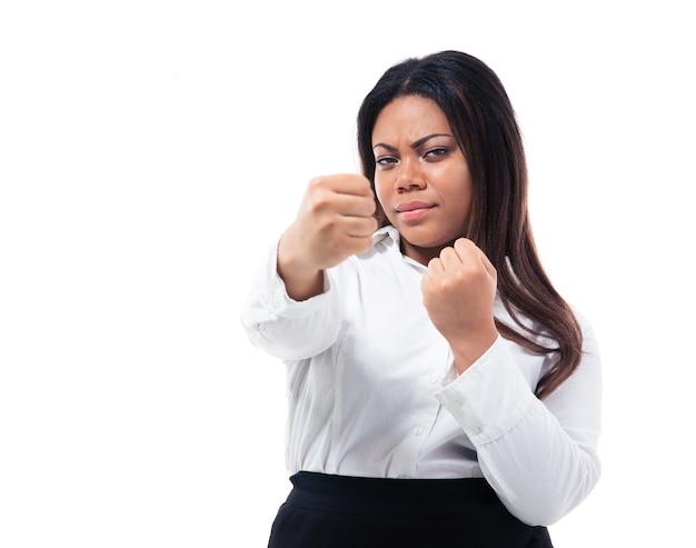Деловая женщина показывает кулаки
