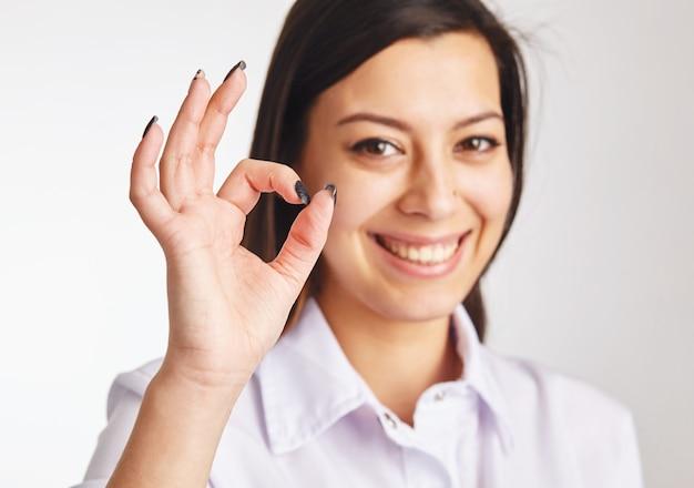 Коммерсантка показывая символ ок.