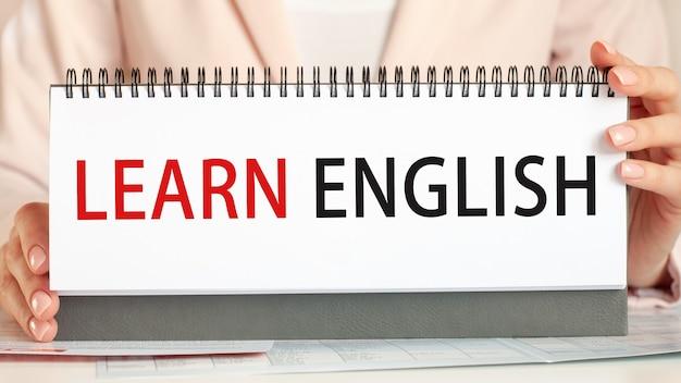 テキストを表示する実業家段ボールに英語を学ぶ