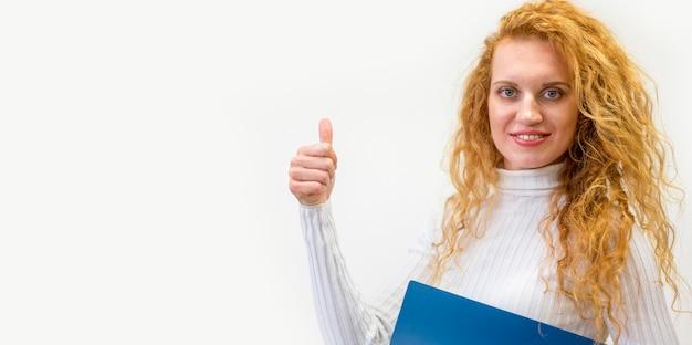親指を立てるサインを示す実業家