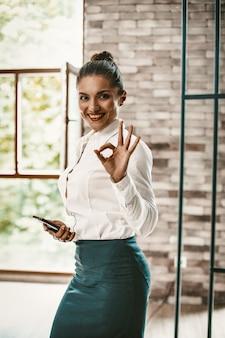 Предприниматель показывает жест окей