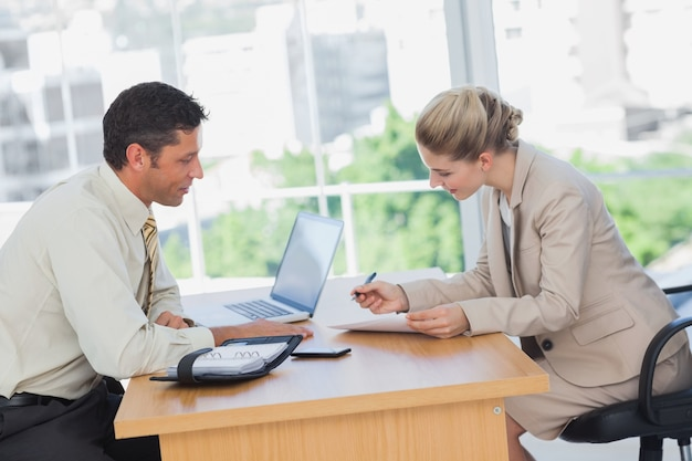 インタビューで契約を結んでいるビジネスマン