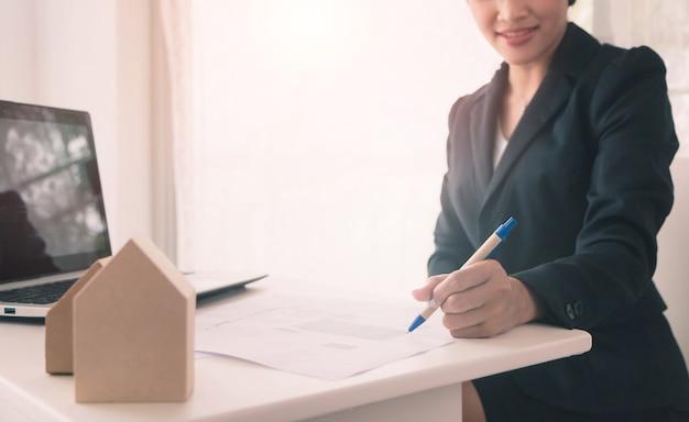 사업가 사무실 공간 배경에서 종이 계약에 서명-부동산 개념