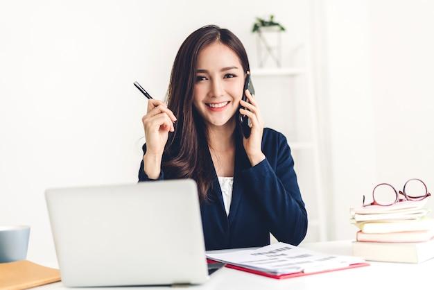 Деловая женщина сидит и работает с ноутбуком