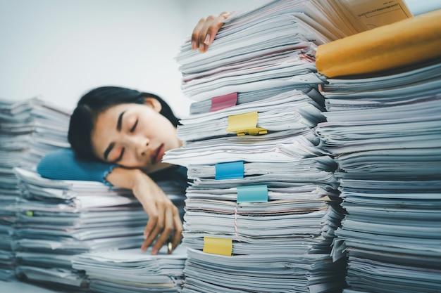 紙の山で寝ている実業家