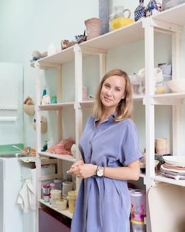 職場で笑顔の実業家、女性起業家は中小企業、フリーランスの仕事