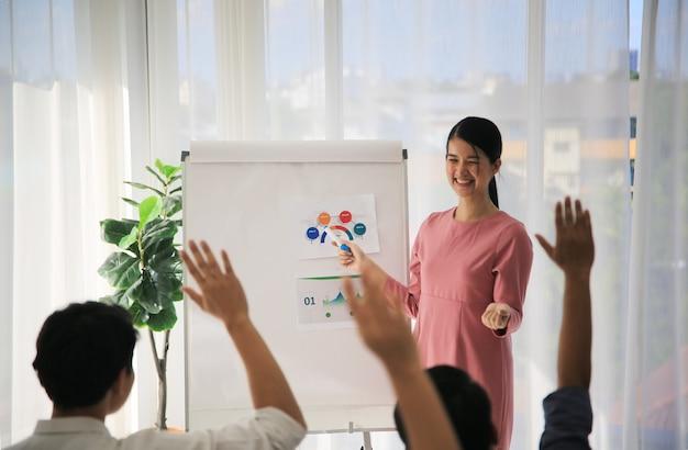 ビジネス会議で聴衆に話をする実業家のスピーカー
