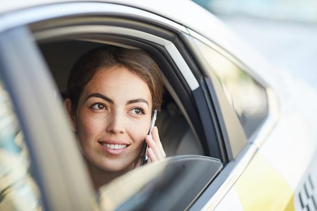 車の中で電話で話す実業家