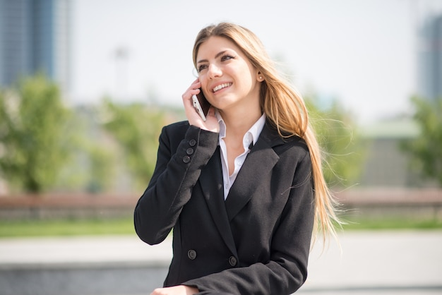 Businesswoman speaking at the mobile phone