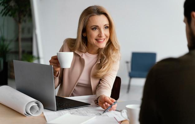 彼女の同僚との会議で話している実業家
