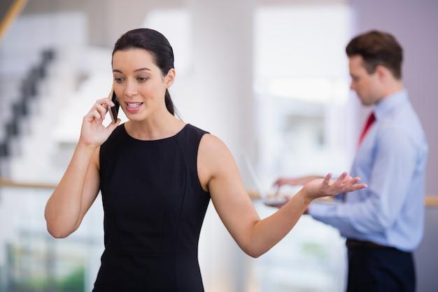Деловая женщина разговаривает по мобильному телефону