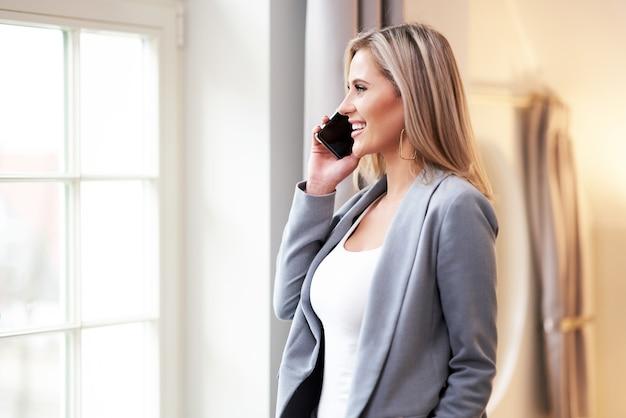 ホテルの部屋で電話で話している実業家